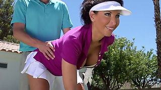 Молодой гольфист шпилит в киску грудастую мамку прямо на поле