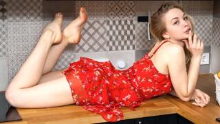 Сексуальная малышка Софи разделась специально для тебя