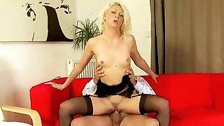 Старичек ебет сексуальную блондинку англичанку
