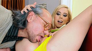 Дед вылизывает и трахает симпотичную молодоху и кончает ей в киску