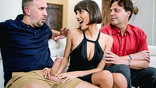 Горячая и сексуальная брюнеточка изменяет мужу прямо в его присутствии!